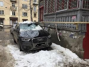 Упавшая с крыши глыба изуродовала «Ауди» в центре Нижнего Новгорода (ФОТО)