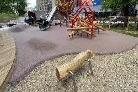 Новое резиновое покрытие появилось на детской площадке в сквере Свредлова