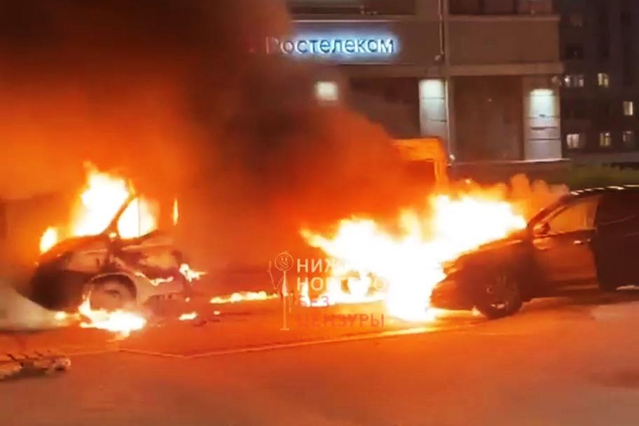 Микроавтобус и внедорожник сгорели на площади Горького - фото 1