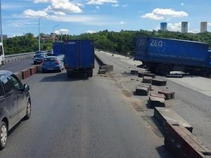 В считанных сантиметрах от падения в реку: на Мызинском мосту случилась авария с фургоном