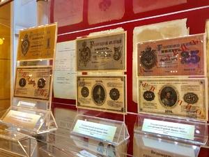 Деньги XIX века демонстрируют посетителям нижегородского театра «Комедiя»