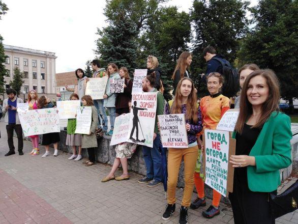 С плакатами «За траву!» вышли нижегородцы на площадь Маркина - фото 3