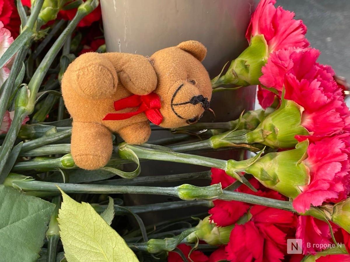 Нижегородцы несут цветы к мемориалу по погибшим в стрельбе в Казани - фото 1