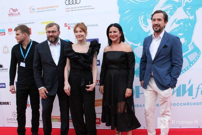 Маски на красной дорожке: звезды кино приехали на «Горький fest» в Нижний Новгород - фото 89