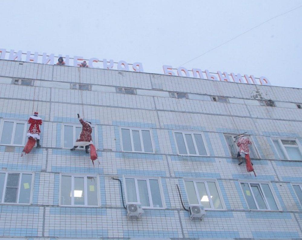 Деды Морозы-скалолазы поздравили пациентов нижегородской детской больницы  - фото 1