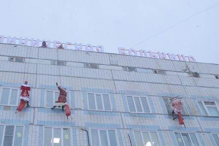 Деды Морозы-альпинисты поздравили пациентов нижегородской детской больницы