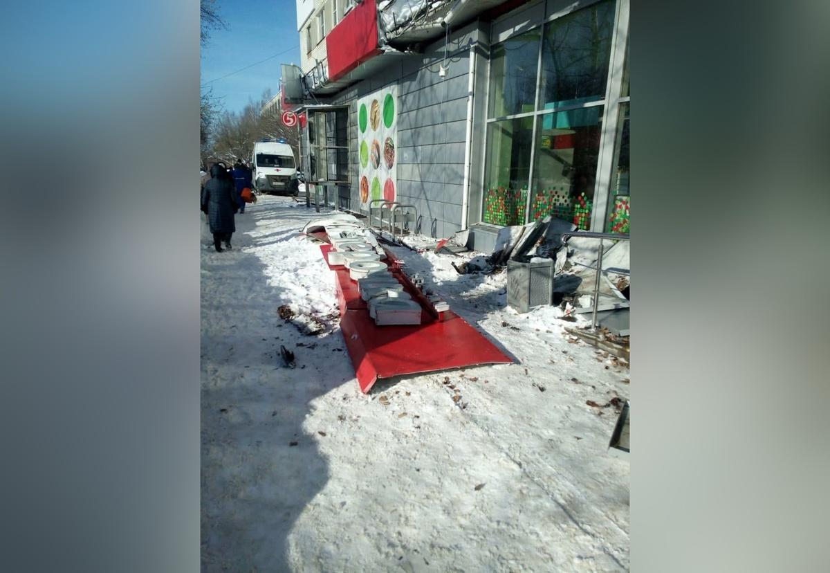 Вывеска магазина рухнула на пенсионерку в Автозаводском районе - фото 1